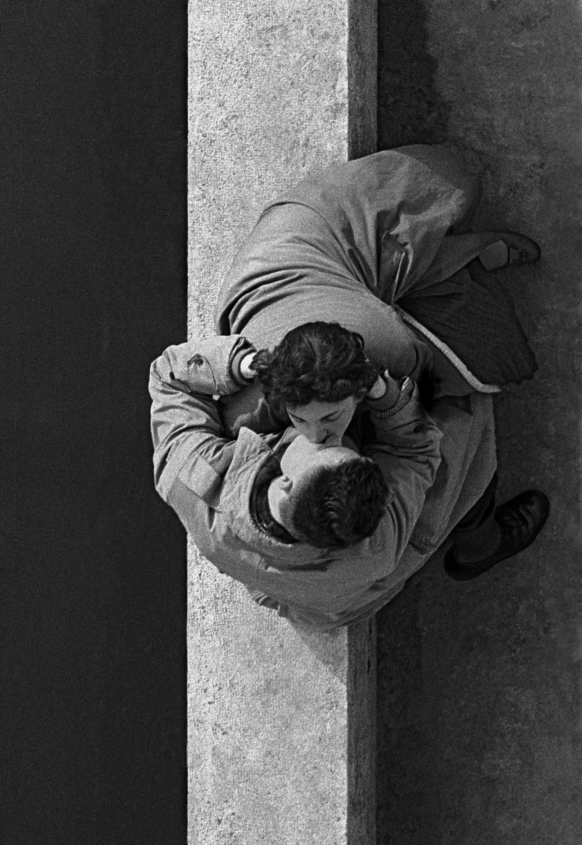Quai du Louvre, couple, 1955, Paris, France © Frank Horvat